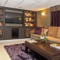 Сочетание белого и коричневого цветов в интерьере гостиной