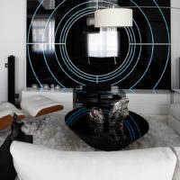 Светлая гостиная с элементами декора в космическом стиле