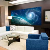 Белый диван в гостиной с фотообоями