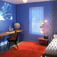 Голубые стены в комнате с минималистическим дизайном