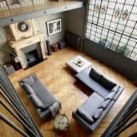 Вид сверху на гостиную с паркетным полом и кожаной мебелью
