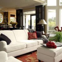 Мягкая мебель с белой обивкой в интерьере гостиной