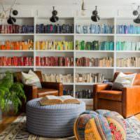 Яркий интерьер гостиной с книжными полками