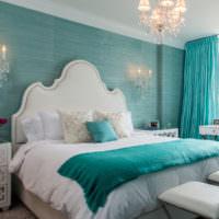 Белая кровать в бирюзовой спальне