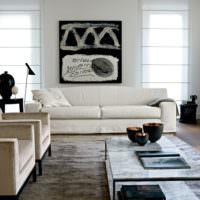 Черный цвет в белой гостиной загородного дома