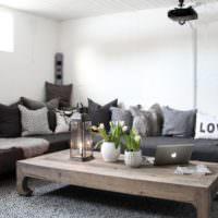 Серый деревянные стол и белый потолок из дерева
