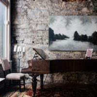 Рояль на фоне каменной стены