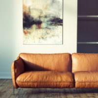 Кожаный диван в гостиной частного дома