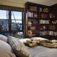 Темные книжные стеллажи в спальне