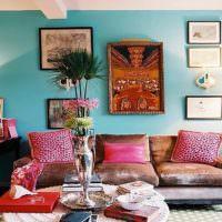 Красные подушки на диване в гостиной