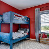 Синяя кровать в красной детской комнате