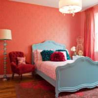 Розовое покрывало на кровати в детской