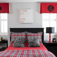 Черная кровать в дизайне деревенской спальни