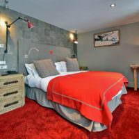 Серые стены и красный пол в спальне