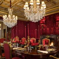 Золотой потолок в красной комнате