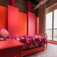 Красная спальня с металлической кроватью
