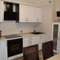 Белый гарнитур из модифицированной фанеры на кухне средней площади