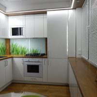 Акриловый фартук на кухне с глянцевыми фасадами