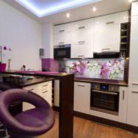 Мягкие барные стулья с фиолетовой обивкой