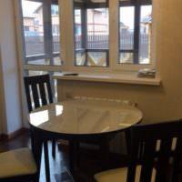 Круглый обеденный стол на кухне частного дома