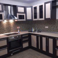 Черно-белая мозаика из керамики на кухонном фартуке