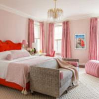 Интерьер розовой спальни с классической люстрой