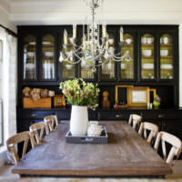 Люстра со свечами над деревянным столом в ретро стиле