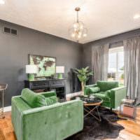 Гостиная с серыми стенами и зеленым диваном