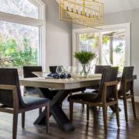 Стол в гостиной из массива натурального дерева