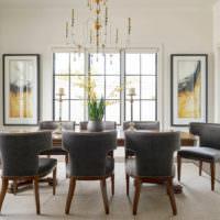 Черные стулья в белой гостиной