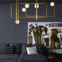 Серый интерьер гостиной с люстрой в стиле минимализма