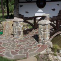 Мостик из камня через садовый ручей