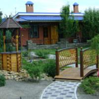 Садовая композиция из мостика и декоративного колодца