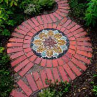 Оригинальная садовая дорожка из комбинации нескольких материалов
