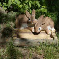 Фигурки зайцев с кормушкой для украшения садового участка