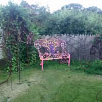 Яркая расписная скамейка в частном саду