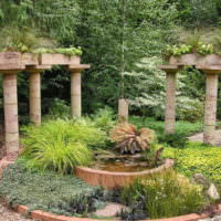 Античные колонны в ландшафте сада