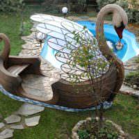 Скамейка в форме лебедя на садовом участке