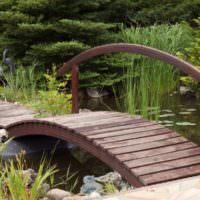 Мостик из досок через садовый ручей