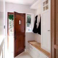 Светлая отделка коридора перед входной дверью