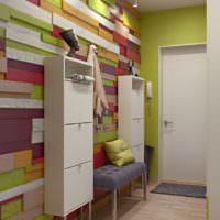 Оригинальное оформление стены прихожей разноцветными планками