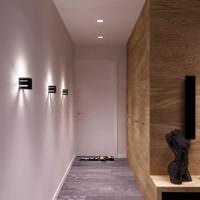 Бра на белой стене в узком коридоре