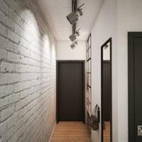 Подвесные прожекторы на потолке узкого коридора