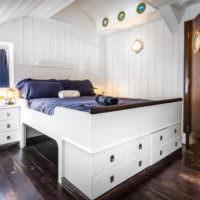 Кровать с выдвижными ящиками в морском интерьере
