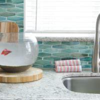 Аквариум с рыбкой на столешнице в ванной