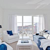 Сочетание синего цвета с белым в гостиной морской стилистики