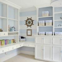 Белая мебель с морскими декорациями