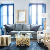 Синие оконные рамы в гостиной частного дома