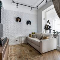Белая стена из кирпича в интерьере гостиной городской квартиры
