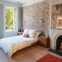 Декорирование стены над изголовьем кровати обоями под кирпич